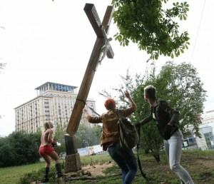 Femen - Oben ohne ein Kreuz absägen
