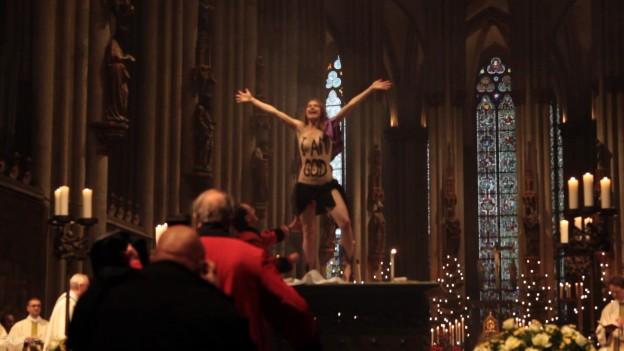 Nackt auf Altar: Geldstrafe für Femen-Aktivistin
