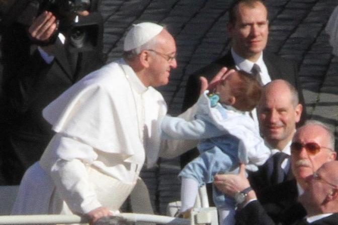 Papst schlägt Kinder mit Würde