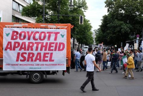 Gemeinsame Sache. Am Al-Quds-Tag demonstrieren Islamisten und Linke auf dem Berliner Kurfürstendamm gegen Israel Bild: picture alliance/dpa/M. C. Hurek