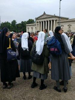 Wenn du dich christlich und sozial nennst und dann Nonnen gegen dich aufbringst und die gegen dich protestieren, hast du echt richtig Scheiße gebaut. Aber so richtig.