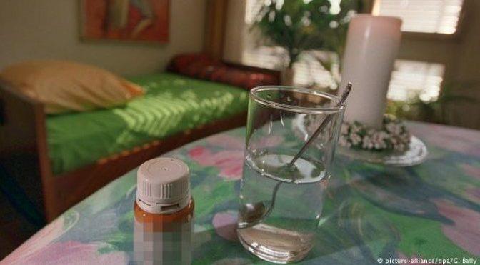Wasserglas mit Medikament im Pflegeheim