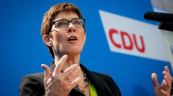 Annegret Kramp-Karrenbauer und das Kopftuch